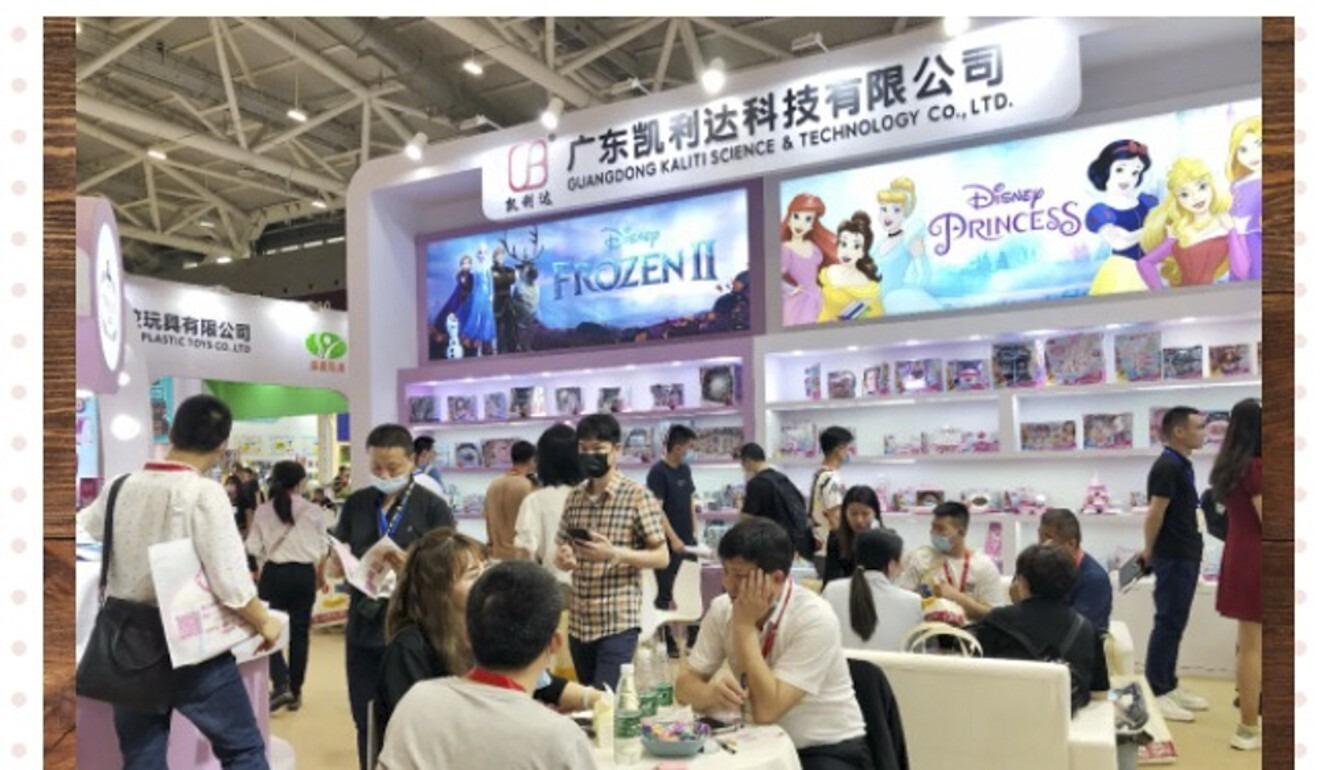 Gian hàng mỹ phẩm dành cho trẻ em thu hút nhiều chú ý tại hội chợ.