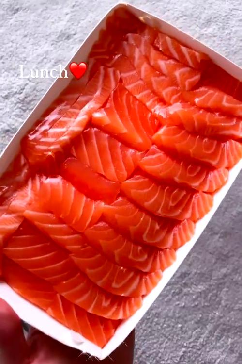 Bữa trưa sashimi cá hồi của Hà Hồ.