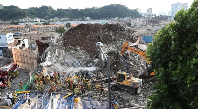 Hiện trường vụ sập tòa nhà lên xe buýt khiến 9 người chết ở Gwangju, Hàn Quốc hôm 9/6, Ảnh: AP.