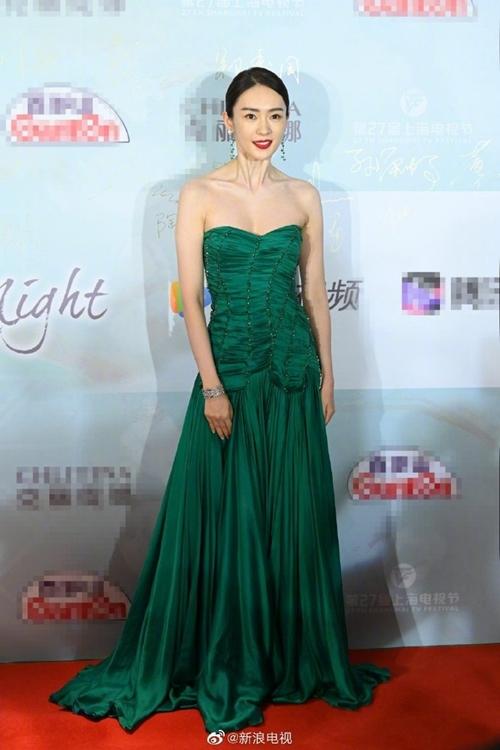 Tối 9/6, Đồng Dao tham dự buổi tiệc chiêu đãi dành cho những người có tên trong danh sách đề cử giải thưởng Bạch Ngọc Lan của Liên hoan phim truyền hình Thượng Hải. Cô tranh giải Nữ diễn viên chính xuất sắc với phim 30 chưa phải là hết. Phim 30 chưa phải là hết cũng có trong đề cử Phim xuất sắc. Lễ trao giải diễn ra tối 10/6.