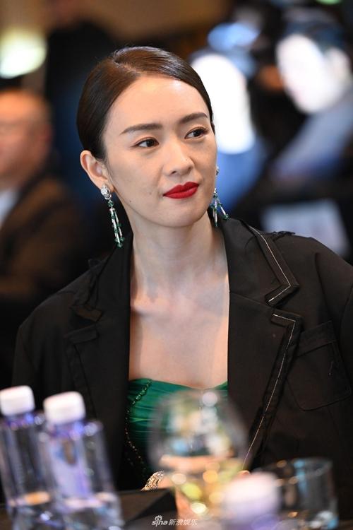 Đồng Dao đôi lúc rất giống minh tinh Chương Tử Di. Ngày xưa, cô từng bị nhầm là em gái của Chương Tử Di.