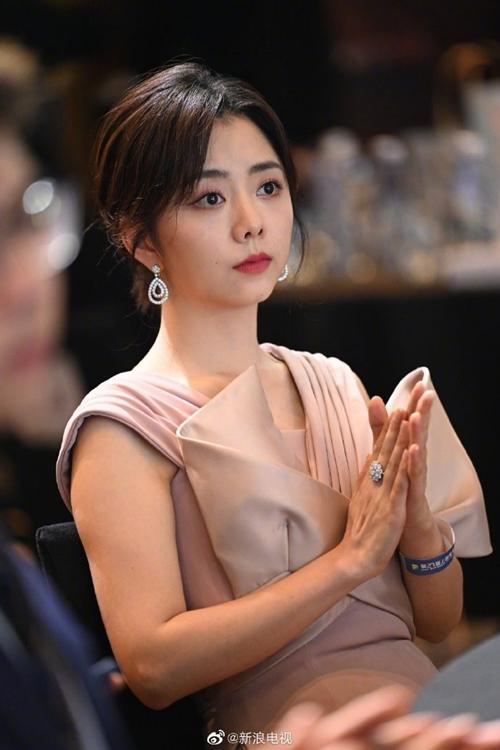 Đàm Tùng Vận gây tranh cãi khi được đề cử Nữ diễn viên chính xuất sắc với vai diễn trong phim Lấy danh nghĩa người nhà.