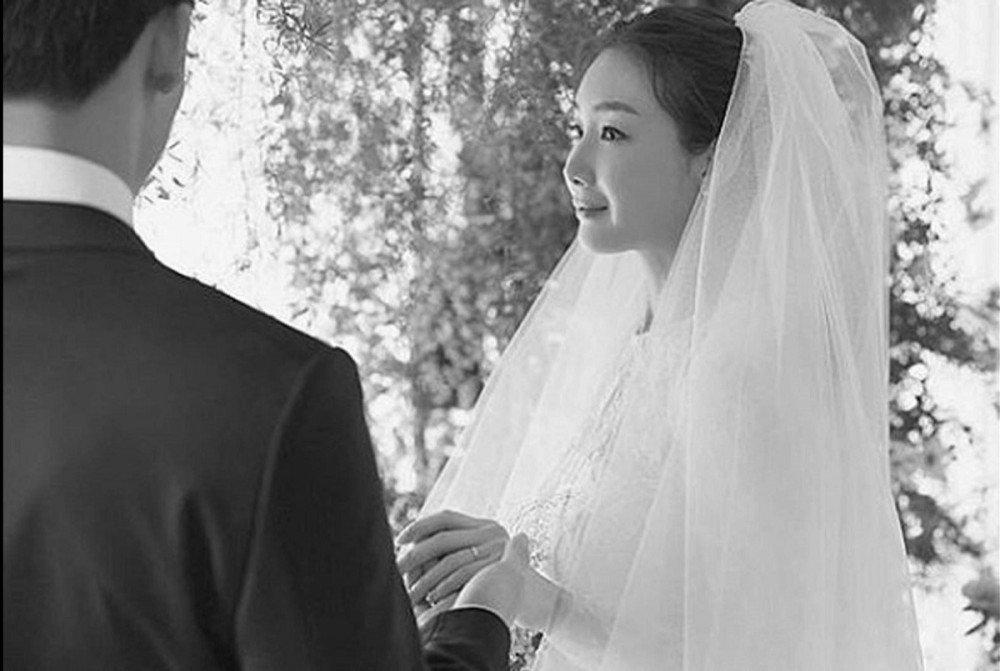 Ảnh cưới của Choi Ji Woo và chồng.