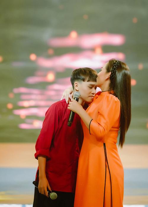 Cùng với áo dài cách tân, trang phục bà ba, suit hiện đại cũng được Phi Nhung chọn lựa cho Hồ Văn Cường để phù hợp với từng tiết mục và sân khấu ca nhạc.