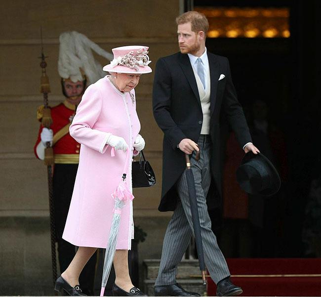 Nữ hoàng và Harry trong một sự kiện tại cung điện hồi năm 2019. Ảnh: PA.