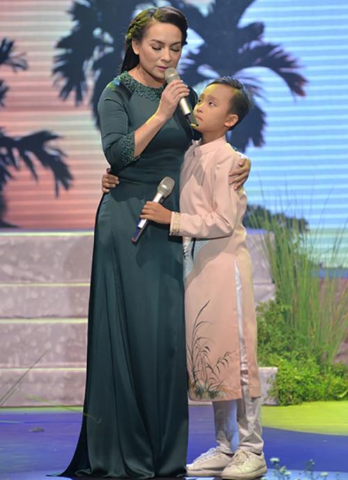 Mỗi khi xuất hiện trên sân khấu ca nhạc cùng mẹ nuôi, Hồ Văn Cường đều được chọn trang phục áo dài thanh lịch và phù hợp với dòng nhạc dân ca trữ tình.