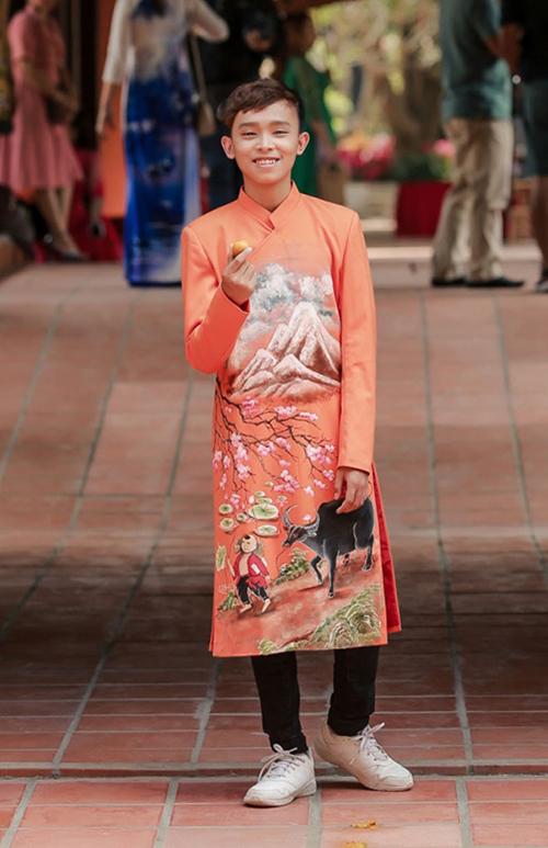 Năm 2021, khi vừa tròn 18 tuổi, Hồ Văn Cường muốn mua nhà sống với bố mẹ, sau thời gian ở chung mẹ nuôi - ca sĩ Phi Nhung. Quan điểm của anh làm nảy sinh nhiều tranh luận trái chiều.