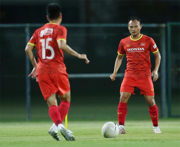 Trọng Hoàng ra sân tập luyện tối 9/6 chuẩn bị cho trận gặp Malaysia hôm 11/6. Ảnh: Lâm Thỏa.