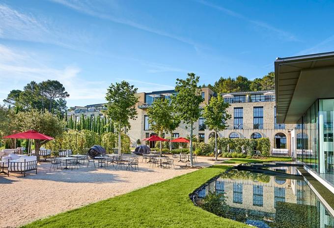 Villa La Coste có không gian cổ kính, thơ mộng và chan hòa với thiên nhiên. Giá phòng mỗi đêm vào khoảng 1.500 Euro.