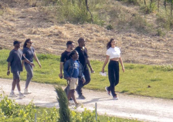Cuối cùng các paparazzi cũng săn được ảnh cặp đôi hẹn hò thực sự. Irina Shayk đã cùng bạn bè thân thiết của Kanye đi du lịch ở Pháp nhân dịp sinh nhật anh.