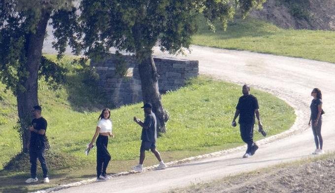 Cặp đôi và cả nhóm dạo chơi, ngắm cảnh đồng quê bên ngoài khách sạn.
