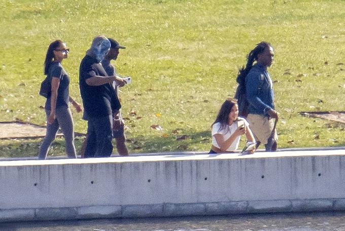 Dường như vẫn lo ngại paparazzi, Kanye đội mũ trùm kín mặt khi đi dạo gần hồ. Trong khi đó Irina thích thú ngắm cảnh.