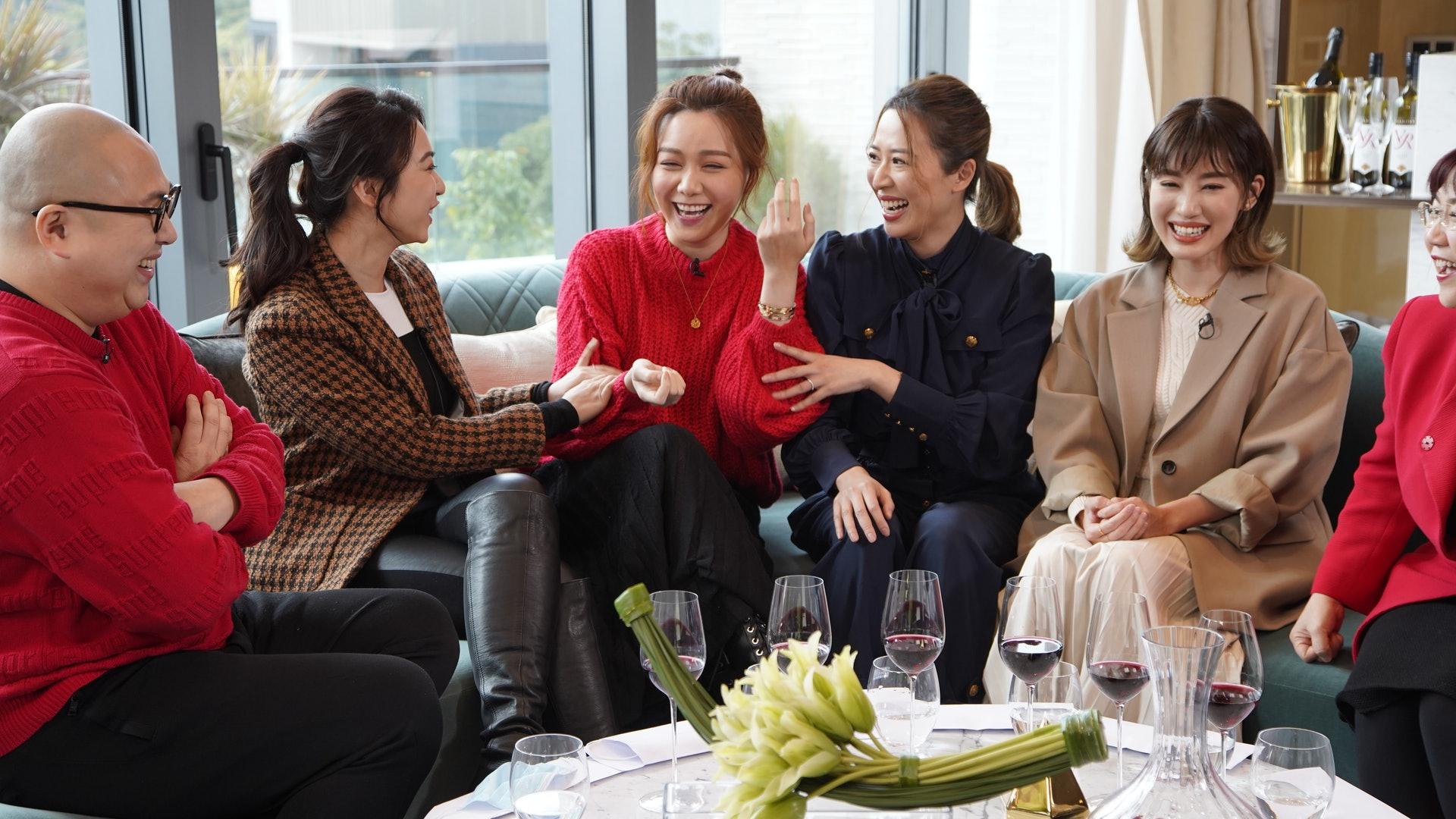 Các nghệ sĩ nữ trò chuyện trong show. Thang Lạc Văn (áo len đỏ) chia sẻ về quan điểm hôn nhân với bạn bè.