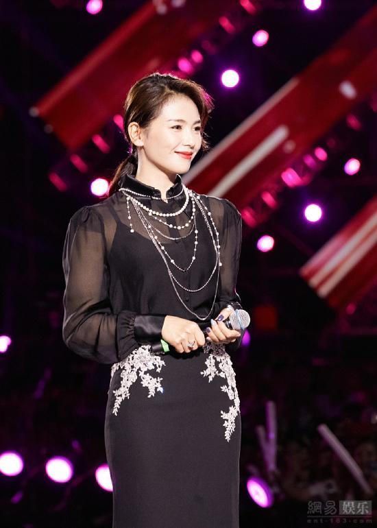 Lưu Đào mặc váy xẻ, áo xuyên thấu, nhan sắc lộng lẫy dự một sự kiện hôm đầu tháng. Ngoài 40 nhưng ngôi sao Trung Quốc giữ gìn dáng vóc đẹp và gương mặt trẻ hơn tuổi.