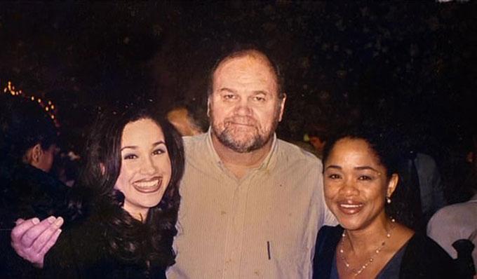 Meghan bên bố, ông Thomas Markle và mẹ, bà Doria Ragland, từ nhiều năm trước tại Mỹ. Ảnh: Channel 5.