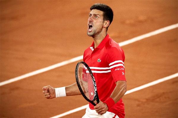 Djokovic phấn khích hét lớn sau khi vượt qua Berrettini ở tứ kết Pháp Mở rộng tối 9/6. Ảnh: EPA.