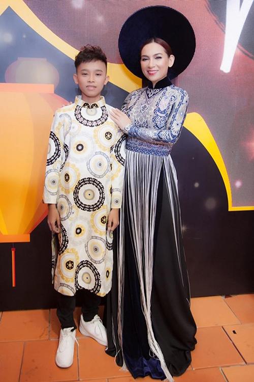 Những mẫu áo dài nam dành cho Hồ Văn Cường cũng được chọn lọc và màu sắc và hoạ tiết theo đúng xu hướng.