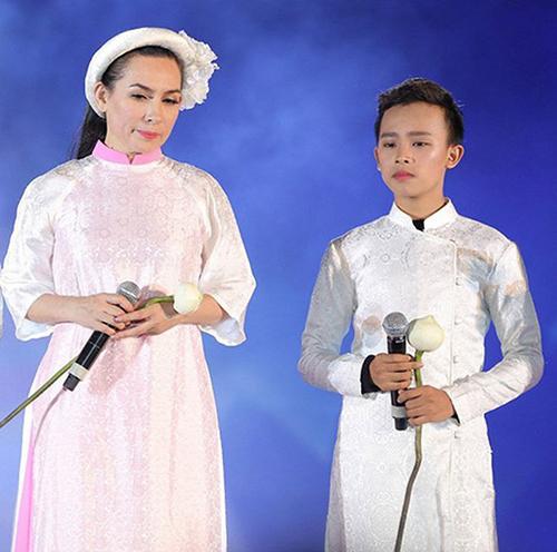 Sự kết hợp ăn ý từ cách chọn bài hát cho đến trang phục biểu diễn giúp Phi Nhung và con trai nuôi tạo được ấn tượng đẹp trong lòng khán giả.