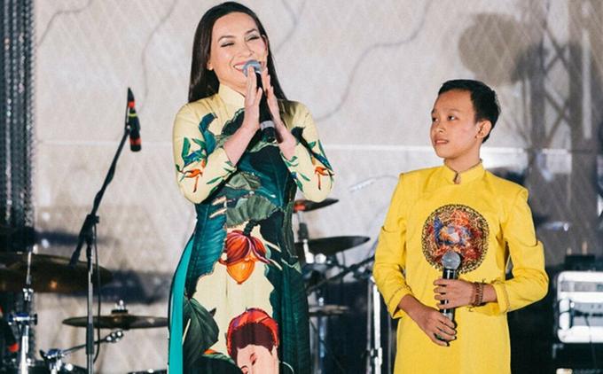 Phi Nhung và Hồ Văn Cường thường đốn tim khán giả yêu dòng nhạc quê hương với giọng ca ngọt ngào và phong cách ăn mặc đậm chất Việt.
