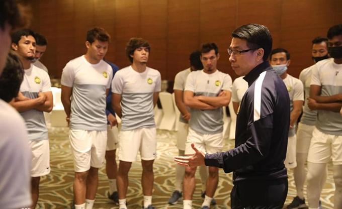 HLV Tan Cheng Hoe trao đổi với cầu thủ Malaysia trước cuộc đối đầu với Việt Nam. Ảnh: FAM.