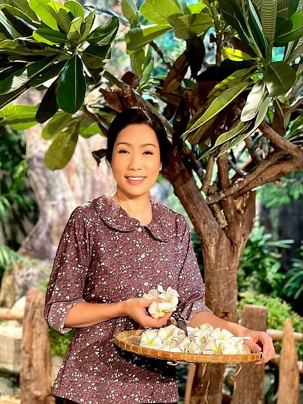 Ở tuổi 50, Trịnh Kim Chi chăm chỉ đóng kịch, phim ảnh. Cô cũng sẵn lòng giúp đỡ, nâng đỡ các nghệ sĩ trẻ có cơ hội làm nghề, trau dồi chuyên môn.