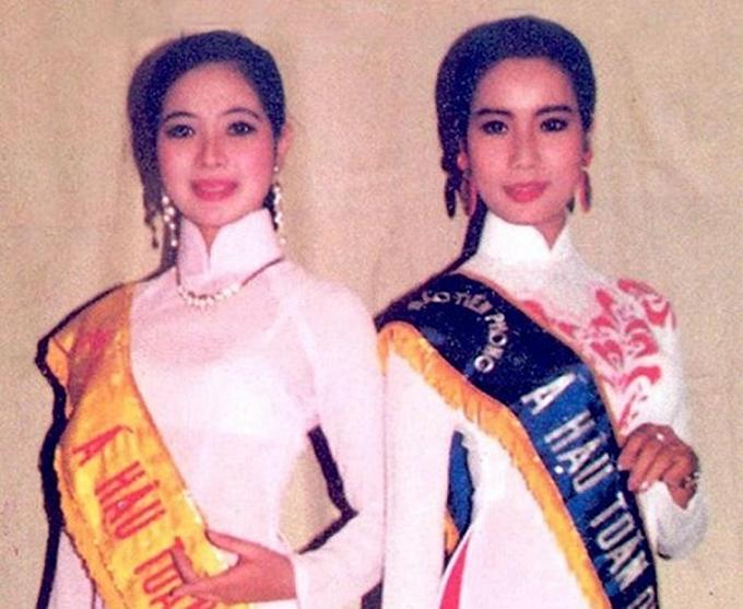 Trịnh Kim Chi (phải) sinh năm 1971, đoạt giải á hậu 2 Hoa hậu Việt Nam 1994. Lúc này, cô là sinh viên khoa Kịch nói Đại học  Sân khấu Điện ảnh TP HCM.