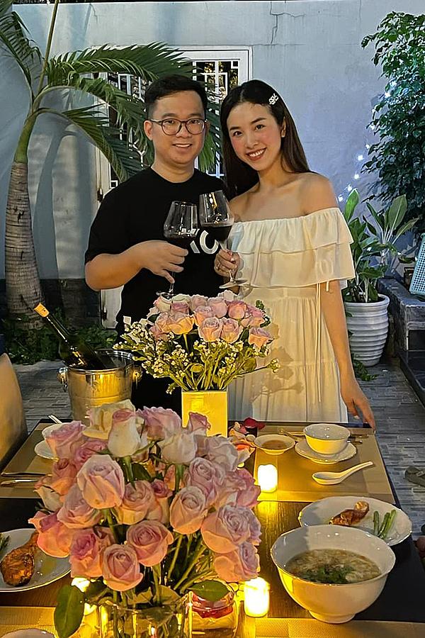 Hai vợ chồng hạnh húc quây quần bên nhau. Bữa tiệc không có bạn bè góp mặt nhằm đảm bảo an toàn trong mùa dịch.