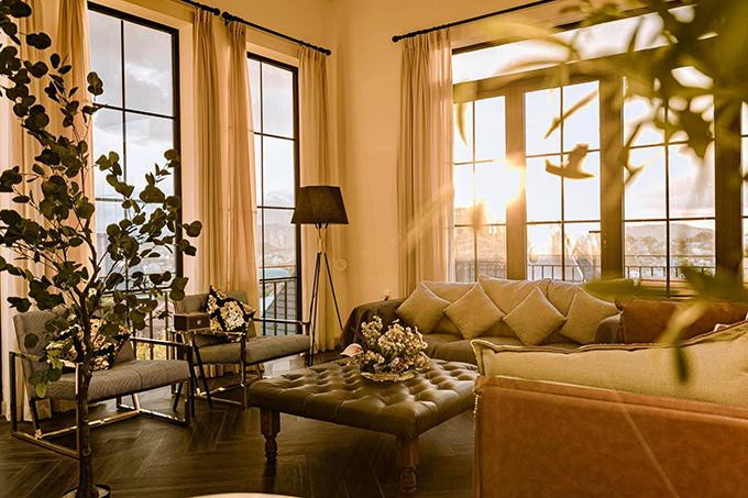 Biệt thự sử dụng tông màu trắng nhưng thiên về sự ấm nóng, giúp xử lý tốt về ánh sáng, tạo cảm giác dễ chịu khi thiết kế nhà chủ yếu là kính.