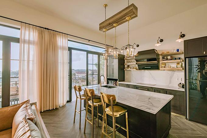Anh Cường ưu tiên sử dụng nội thất kim loại và gỗ kết hợp được thiết kế, nhập khẩu, cùng các tiểu tiết màu vàng kim từ ốc vít, thoát sàn hoặc đường chỉ hoạ tiết ở bếp.