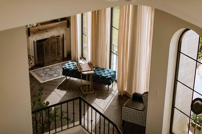 Anh Cường thích lối kiến trúc của biệt thự Anh nên trong phòng có nội thất với hoạ tiết Houndstooth cổ điển.