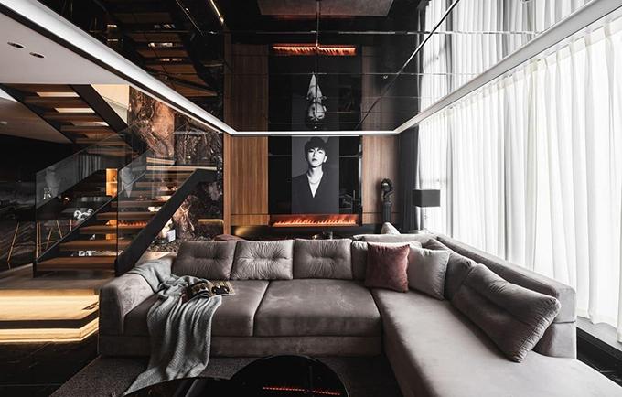 Phòng khách rộng rãi với sofa lớn và dài để khách thoải mái ngồi trò chuyện cùng chủ nhà, thưởng nhạc, nhâm nhi rượu vang.