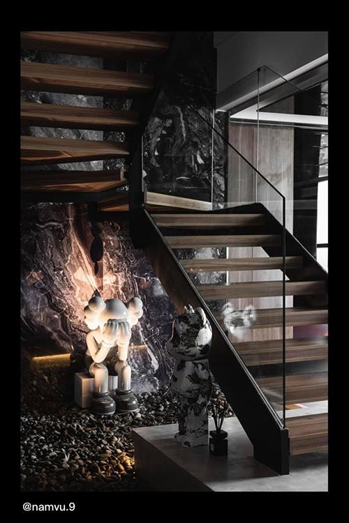 Cầu thang kính cũng giúp không gian sống sang trọng, nâng tầm thẩm mỹ.