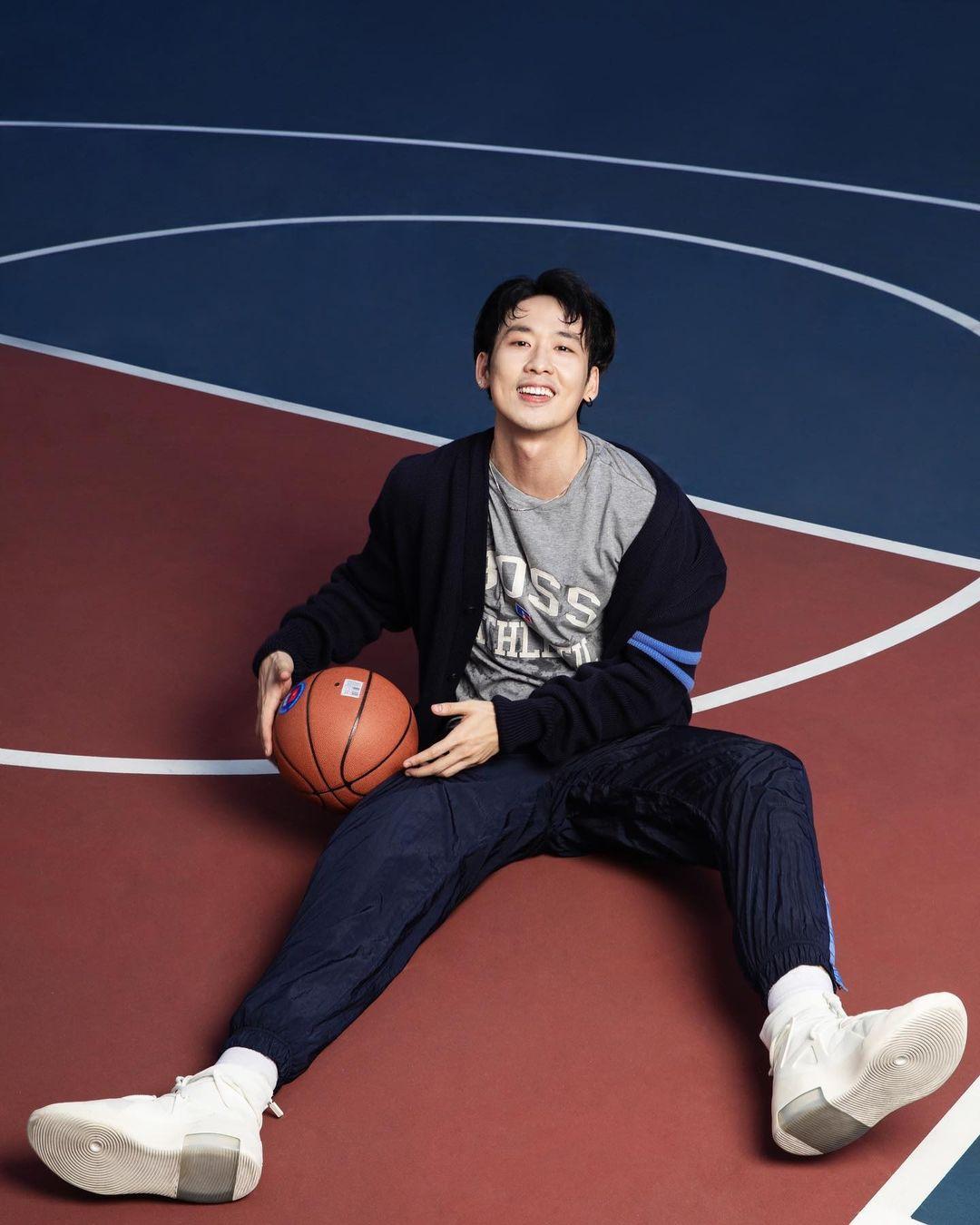 Tuấn Trần tạo dáng trên vạch 3 điểm với giày bóng rổ và full set đồ thể thao BOSS x Russell Athletic