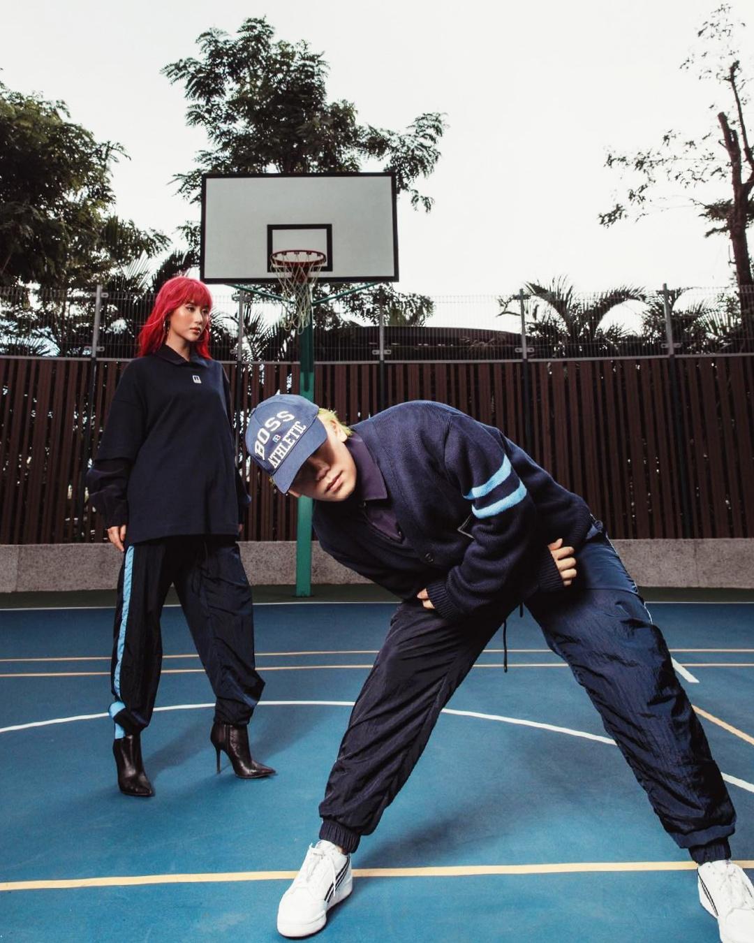 Tuần qua, màn đụng áo cardigan dảng rộng màu xanh navy của Phạm Bảo Luận, Monsimi và Nam Phùng - stylist của Quỳnh Anh Shyn - thu hút sự chú ý của khán giả. Nhiều người nhanh chóng tìm ra thông tin chiếc áo qua logo BOSS và chữ R nổi bật.Sản phẩm nằm BST kết hợp của thương hiệu BOSS và Russell Athletic, giá khoảng 12 triệu đồng. Nhiều tín đồ thời trang nhận xét thiết kế trẻ trung và hiện đại so với BOSS - nhà mốt vốn nổi tiếng với những bộ suit lịch thiệp, chững chạc.
