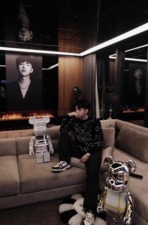 Một góc phòng khách được đặt ảnh chân dung của Hải Nam. Anh dí dỏm nói sẽ thay ảnh mình bằng ảnh nóc nhà (cách gọi vui về người yêu) một khi tìm được người ấy.