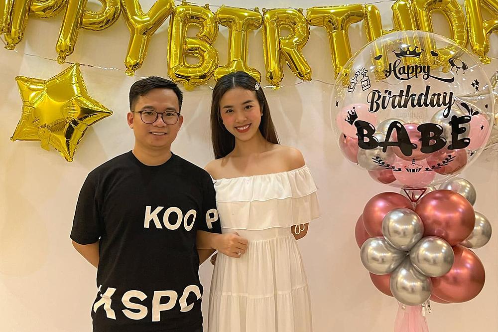 Á hậu 2 Hoa hậu Việt Nam 2018 cảm ơn bạn đời đã tổ chức một buổi ăn mừng lộng lẫy. Cô bày tỏ trên trang cá nhân: Cảm ơn anh đã luôn cho em được làm công chúa.