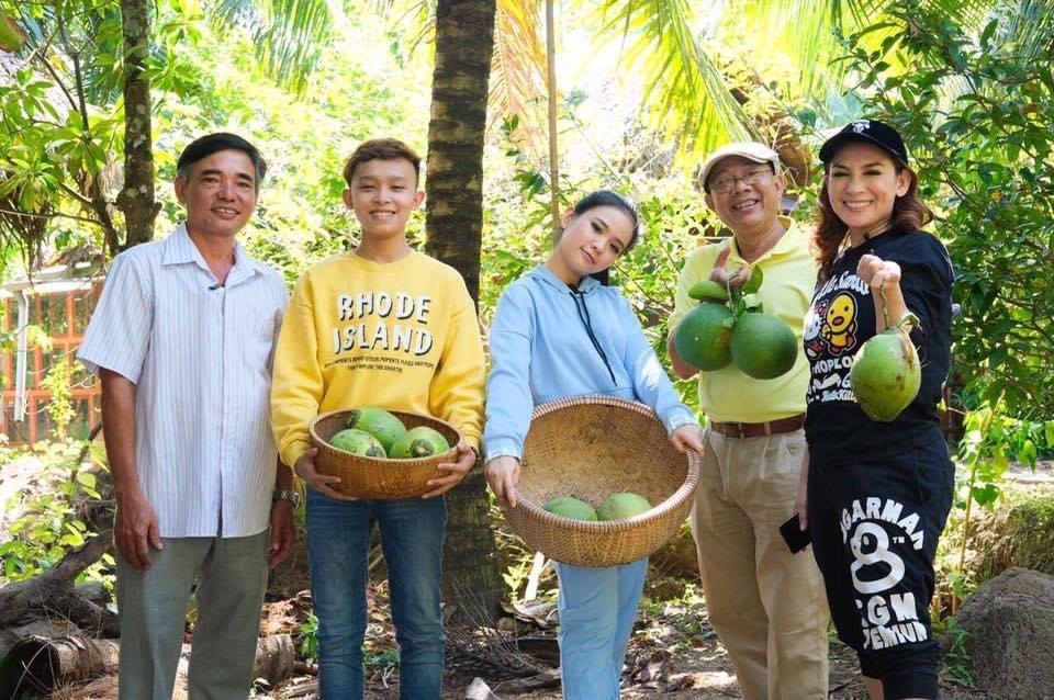 Hồ Văn Cường (áo vàng) theo mẹ Nhung tham gia nhiều chương trình truyền hình, thực hiện các hoạt động thiện nguyện.