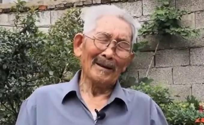 Ông Luo xúc động được gặp con trai sau nhiều năm tìm kiếm. Ảnh: AsiaWire.
