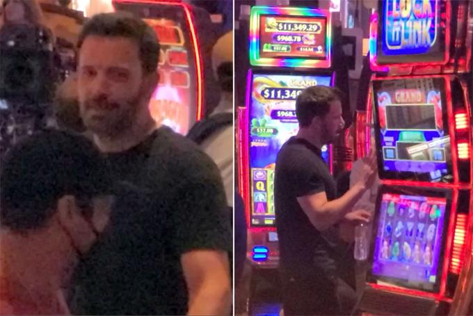 Ben Affleck bên một máy đánh bạc tại sòng bài ở Las Vegas.