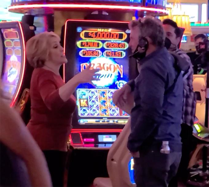 Mẹ Jennifer Lopez trò chuyện với một nhân viên.