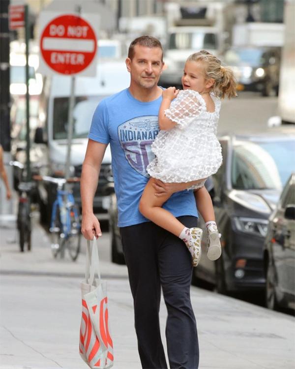 Bradley Cooper và con gái đi chơi hôm 8/6. Nam diễn viên 46 tuổi một tay bế con, một tay xách túi đồ.