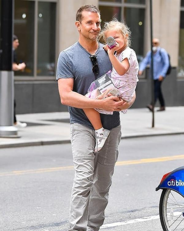 Bradley cũng bế con dạo phố hôm 10/6, sau khi tin tức hẹn hò của Irina và Bradley đang gây xôn xao.