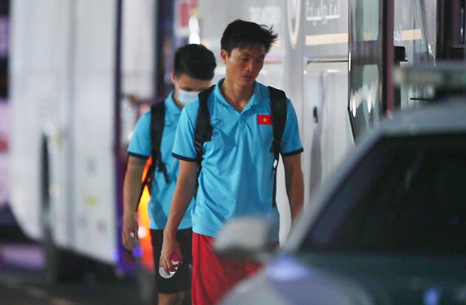 Tuấn Anh lặng lẽ ra xe về khách sạn sau buổi tập cùng tuyển Việt Nam. Ảnh: Lâm Thoả.