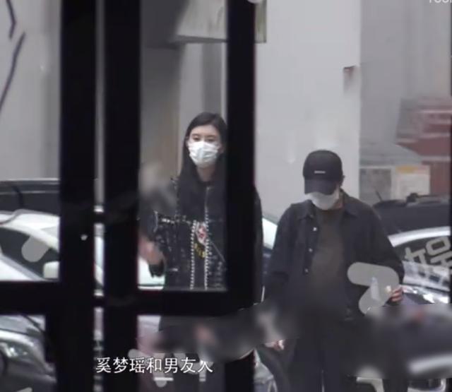 Hề Mộng Dao và trợ lý đi khám thai.