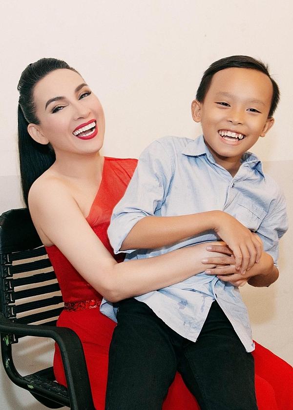 Hồ Văn Cường có cơ hội gặp Phi Nhung trong cuộc thi và được cô nhận làm con nuôi sau đó. Phi Nhung mong muốn định hướng nghệ thuật và bảo trợ giọng ca nhí ăn học đến năm 18 tuổi.