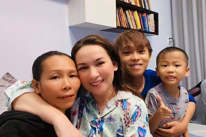 Bố mẹ ruột (trái) của Hồ Văn Cường cũng dọn lên TP HCM sinh sống cùng anh. Ngoài ra, anh mong ước sớm dành dụm mua được nhà riêng, đưa bố mẹ, chị và cháu về ở chung. Anh nói thêm, mẹ nuôi Phi Nhung ủng hộ dự tính này vì anh đã đủ trưởng thành.