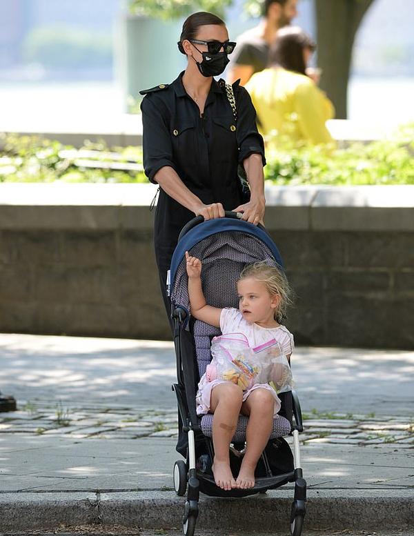 Cùng ngày thứ năm, sau khi Lea đi chơi với bố, cô bé được mẹ dẫn ra công viên gần nhà.