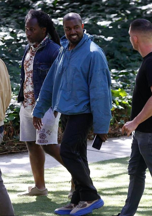 Kanye West đi dạo với bạn bè ở Malibu ngày 10/6. Rapper 44 tuổi trông rất tươi vui, phấn chấn sau kỳ nghỉ với Irina.