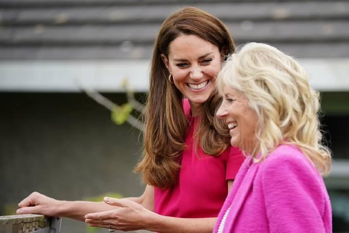 Kate và bà Jill Biden trong chuyến thăm trường học ở Cornwall hôm nay. Ảnh: PA.
