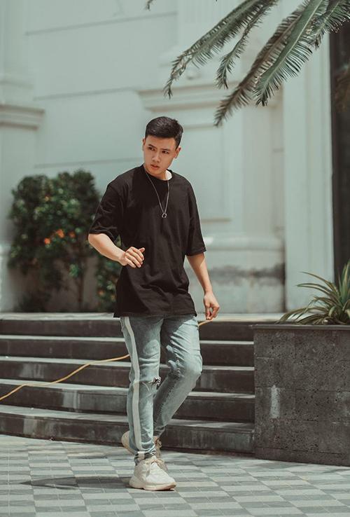 Trái với vẻ ngô ngố trong video, Minh Quang ở ngoài có phong cách và điển trai như một hot boy.